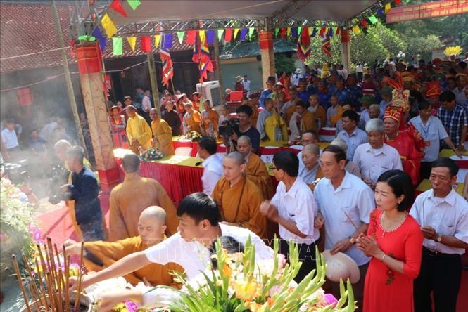 Nhân dân và du khách thập phương dâng hương tưởng niệm Nguyễn Trãi.