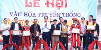 Lãnh đạo Ban Dân tộc tỉnh và huyện Quang Bình trao giải cho các đội thi tham gia Lễ hội văn hóa truyền thống dân tộc Pà Thẻn.
