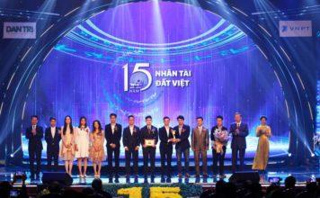 (Bộ trưởng Công an Tô Lâm cùng Bộ trưởng Thông tin - Truyền thông Nguyễn Mạnh Hùng trao giải Nhất cho nhóm tác giả).