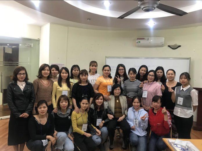GS Lê Thị Quý chụp ảnh cùng lớp trải nghiệm văn hóa Việt Hàn ngày 5 tháng 12 năm 2019 ( Người ngồi thứ 3 từ phải sang)