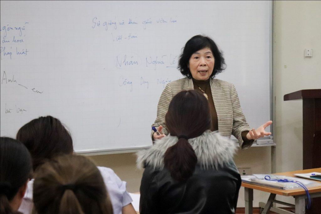 GS Lê Thị Quý giảng bài về chủ đề Văn hóa cho lớp trải nghiệm văn hóa Việt Hàn