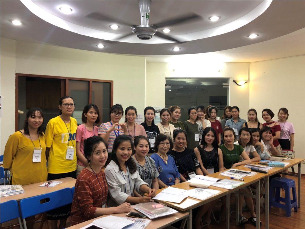 GS Lê Thị Quý với các cô dâu Việt lấy chồng Hàn Quốc tháng 10 năm 2019 ( Người ngồi thứ tư từ trái sang)