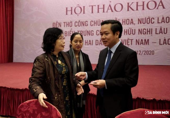 GS.TS Lê Thị Quý trao đổi với ông Phạm Quang Ngọc - Chủ tịch UBND tỉnh Ninh Bình tại hội thảo